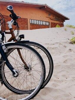 Due moto sportive affiancano la spiaggia di sabbia bianca. modello di carta da parati modello spazio libero mockup