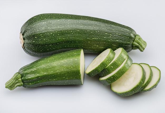 Due zucca. una zucchina tagliata a fettine.