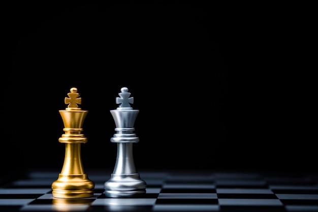 Due stand di scacchi d'oro del re e scacchi d'argento del re. vincitore di alleanza commerciale e concetto di pianificazione della strategia di marketing.