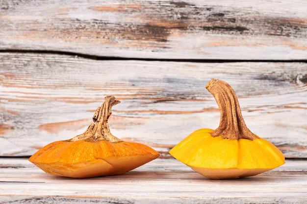 Due steli di zucche arancioni.