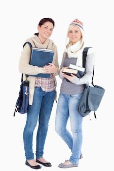 Due studenti con libri preparati per l'inverno
