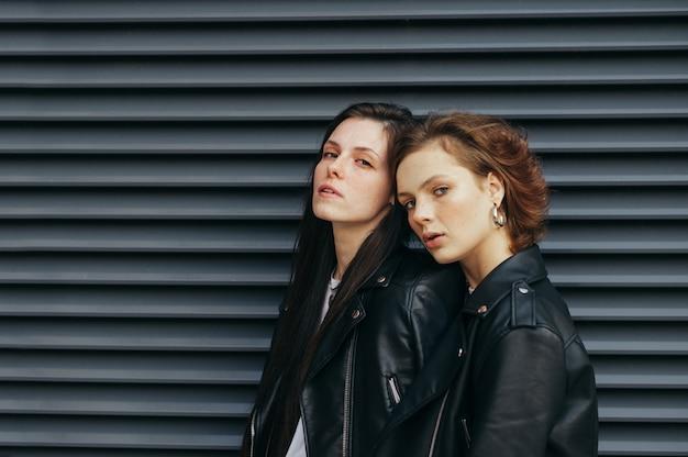 Due belle ragazze alla moda in abiti casual