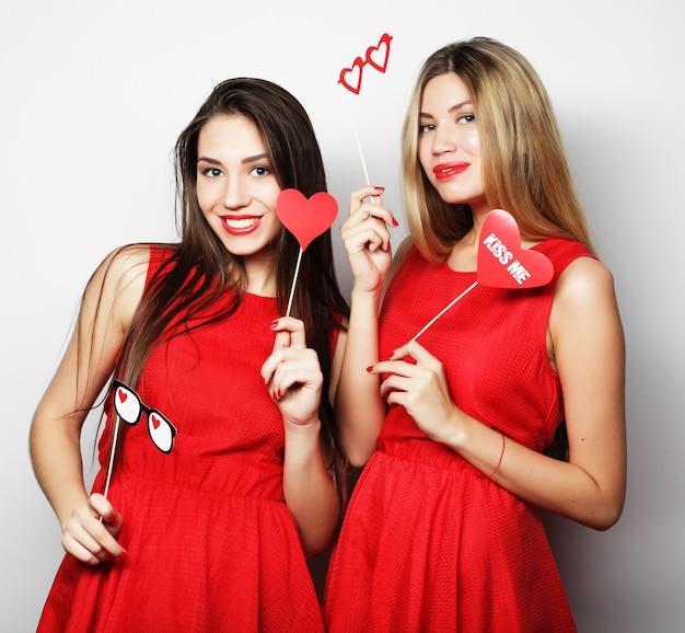 Due migliori amiche di ragazze alla moda pronte per la festa