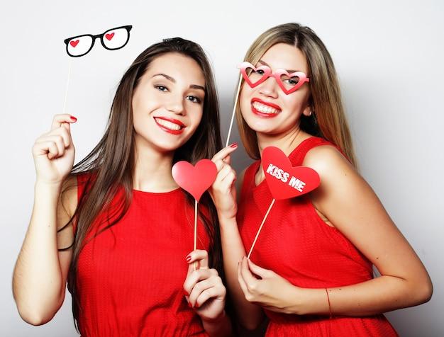 Due migliori amiche di ragazze sexy alla moda pronte per la festa
