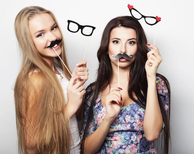 Due ragazze hipster sexy alla moda migliori amiche pronte per la festa