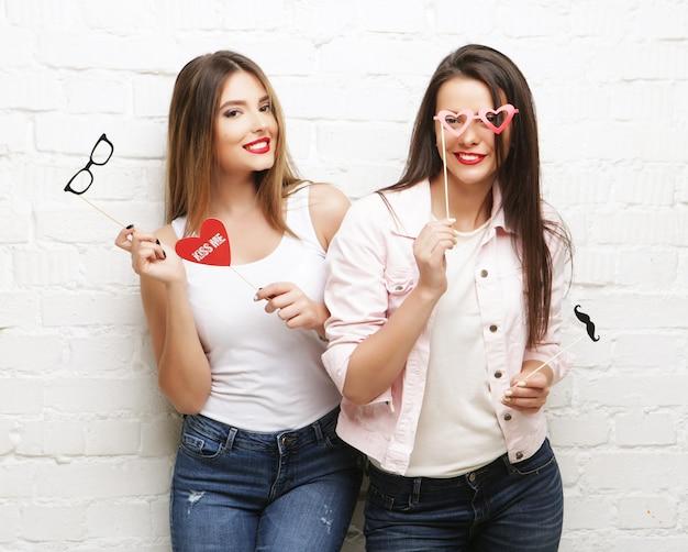 Due ragazze alla moda e sexy hipster migliori amiche pronte per la festa