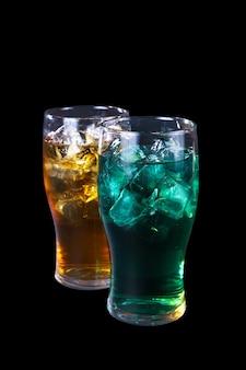 Un cocktail di due estati sulla parete nera isolata