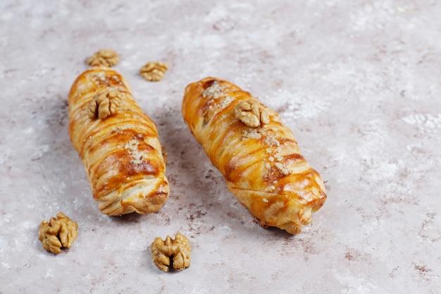 Due dolci con noci poste su una superficie di marmo