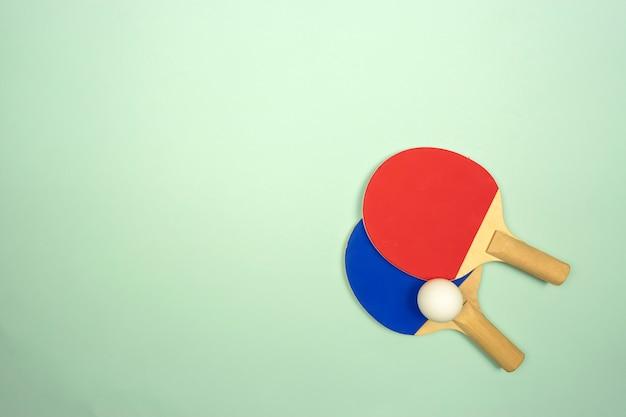 Due racchette da ping pong sono pronte per le gare di ping-pong Foto Premium