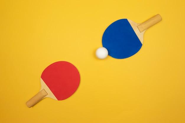 Due racchette da ping pong si trovano una di fronte all'altra pronte per le gare di ping-pong