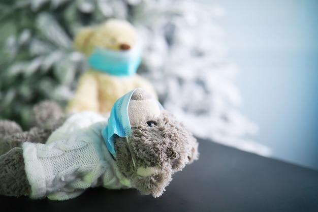 Due orsacchiotti che indossano una maschera protettiva. protezione dal coronavirus. orso giocattolo in maschera per prevenire la diffusione del virus. copia spazio.