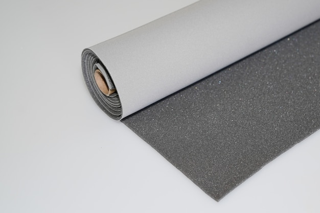 Rotolo del tessuto di due toni grigio e grigio scuro su fondo bianco Foto Premium
