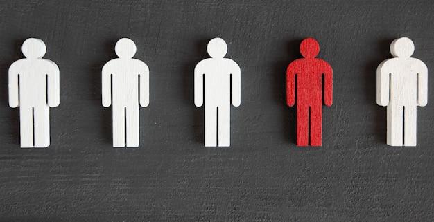 Due tipi di persone di legno sulla tavola di legno rossa e bianca Foto Premium