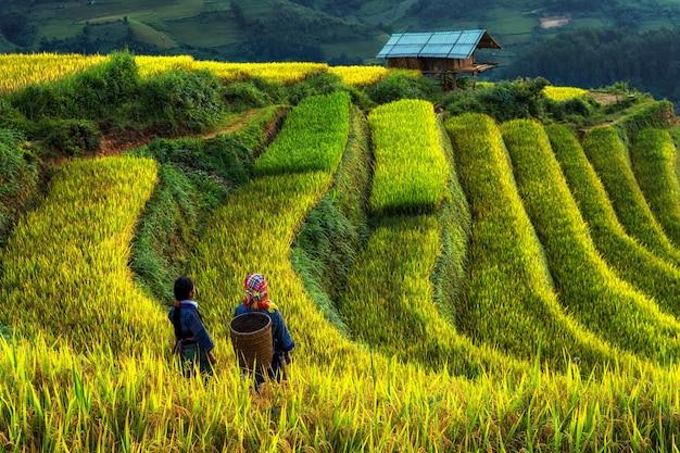 Due non identificati vietnamiti hmong stanno camminando nel fantastico paesaggio