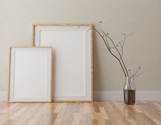 Due cornici bianche verticali sulla parete beige