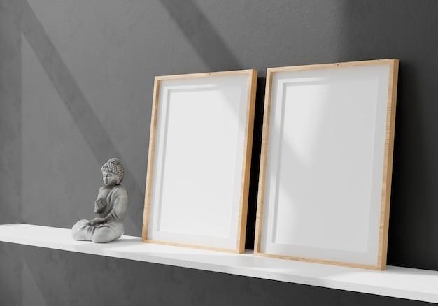 Due cornici bianche verticali