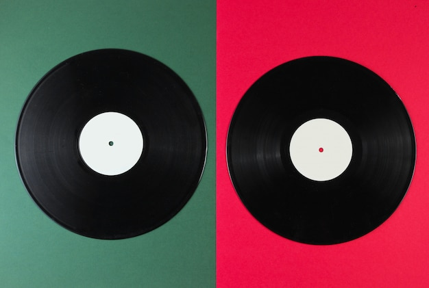 Due dischi in vinile su una superficie verde-rossa. stile retrò.