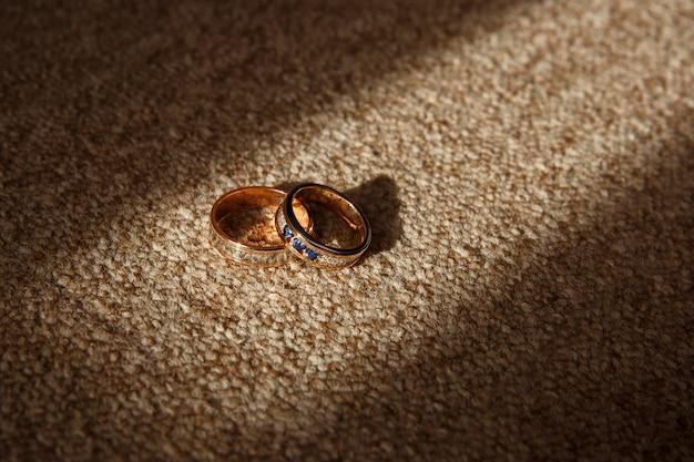 Due fedi nuziali per la sposa e lo sposo. gioielli d'oro per gli sposi