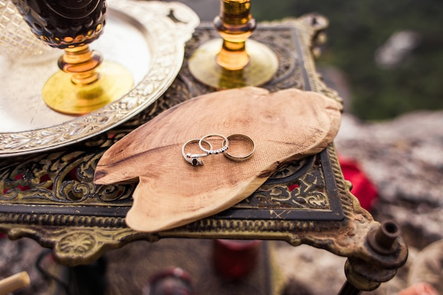 Due fedi nuziali e fidanzamento su un taglio di legno