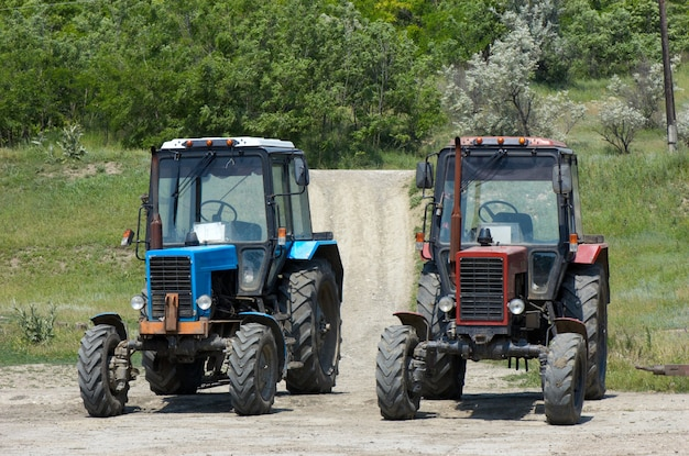 Due trattori a ruote