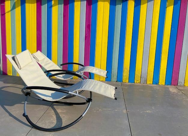 Due lettini bianchi contro una parete multicolore