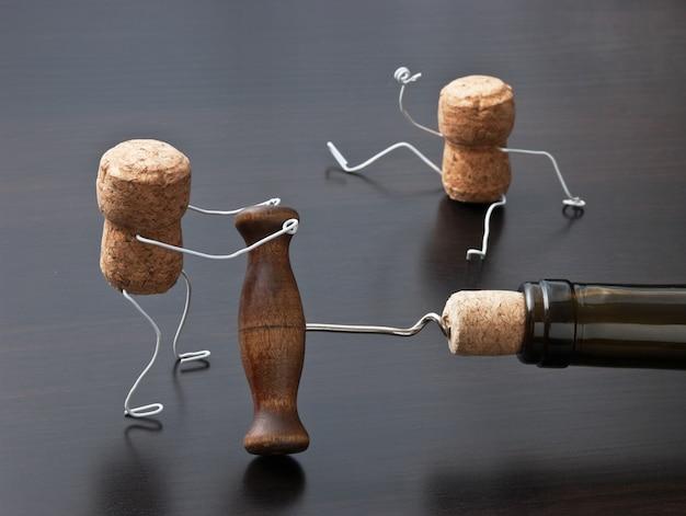 Due tappi per vino e una bottiglia con cavatappi
