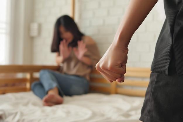 Due donne che combattono, pugni, colpiscono, concetto di violenza domestica, crimine di aggressione fisica