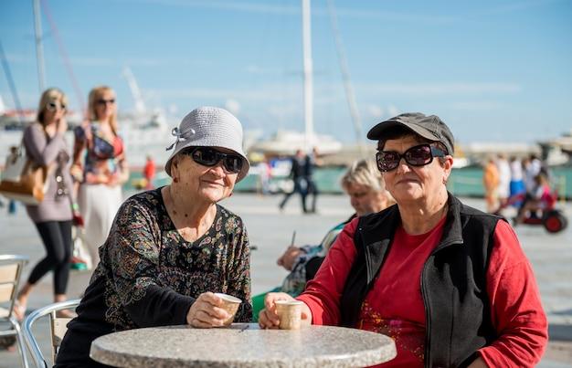 Due donne che mangiano una tazza di caffè nella caffetteria