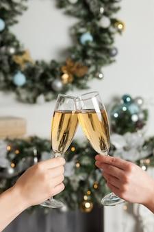 Due donne che tengono i vetri con champagne. festeggia il nuovo anno, natale.