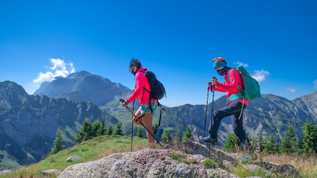 Due donne in montagna con maschera