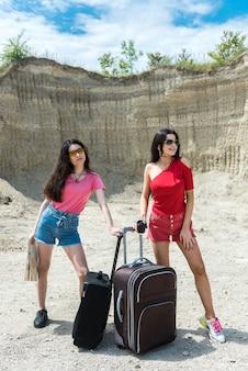 Due turiste si godono il viaggio in estate. l'avventura come stile di vita