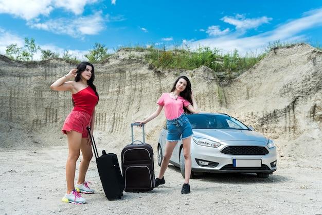 Due donne turisti godono di viaggio nel periodo estivo. avventura come stile di vita