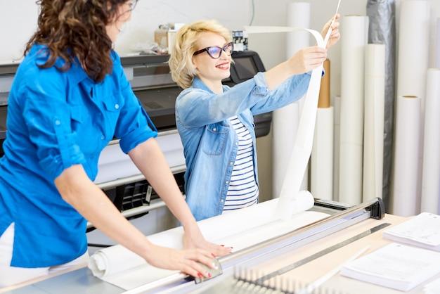 Due donne che lavorano nel negozio di stampa