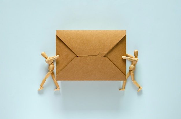 Due modelli in legno che contengono una scatola per alimenti in carta monouso e compostabile per il concetto della giornata mondiale dell'ambiente