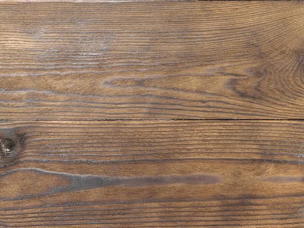Due assi di legno di pino ricoperte di composto protettivo marrone. minimalismo. carta da parati sotto forma di una struttura ad albero.