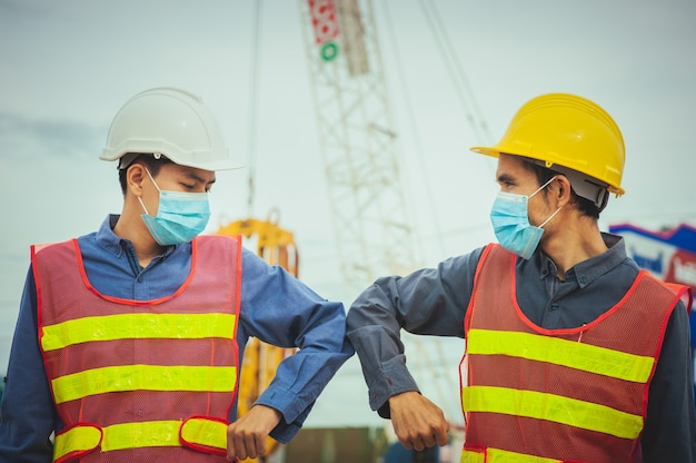 Due gomiti di scossa del lavoratore
