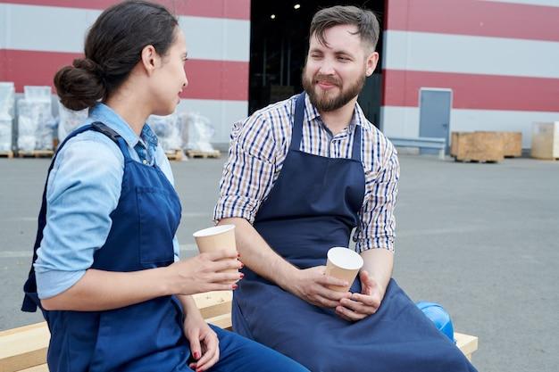 Due lavoratori in pausa caffè