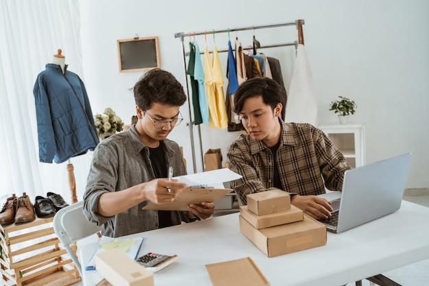 Due giovani uomo d'affari asiatico in chat sul loro prodotto