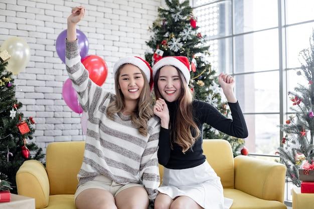Due giovani donne asiatiche con la celebrazione del natale