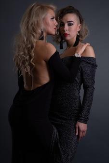 Due giovani donne attraenti con problemi di pelle affrontano in posa in studio