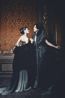 Due giovani belle donne in posa nel palazzo di lusso