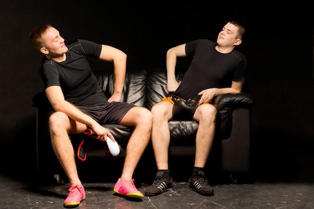 Due giovani pugili si divertono prima di un allenamento