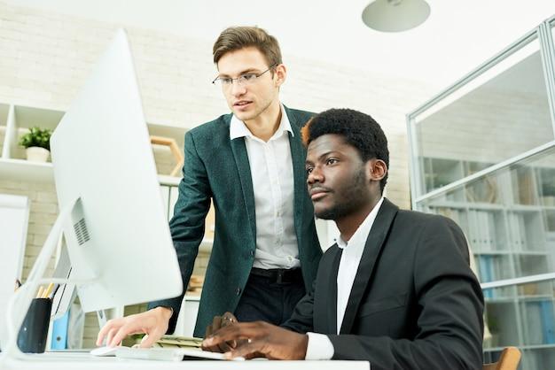 Due giovani uomini d'affari che progettano avvio
