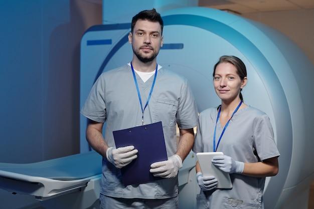 Due giovani medici fiduciosi in uniforme e guanti