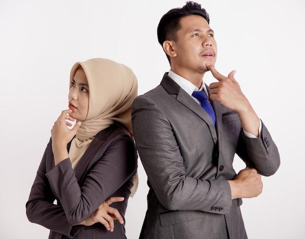 Due giovani coppie che pensano di affari hanno isolato il fondo bianco