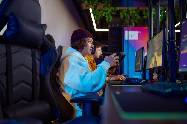 Due giovani giocatori giocano in un club di videogiochi