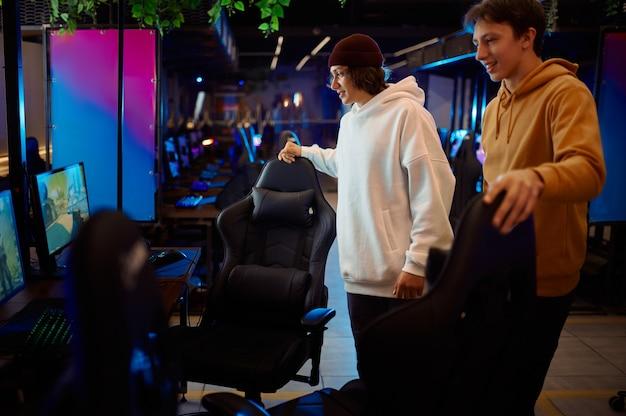 Due giovani giocatori che parlano al monitor nel club di gioco
