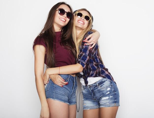 Due amici della ragazza che stanno insieme e che si divertono.