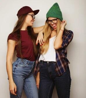 Due giovani amiche che stanno insieme e si divertono