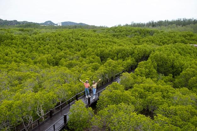 Due giovani ragazza nella foresta di mangrovie.